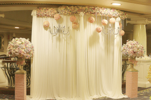 Backdrop lụa mang đến nét mềm mại, lãng mạn.