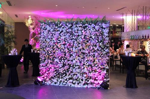 Trong tiệc cưới của mình, ca sĩ Phạm Quỳnh Anh cũng chọn phông chụp ảnh làm từ hoa tươi.