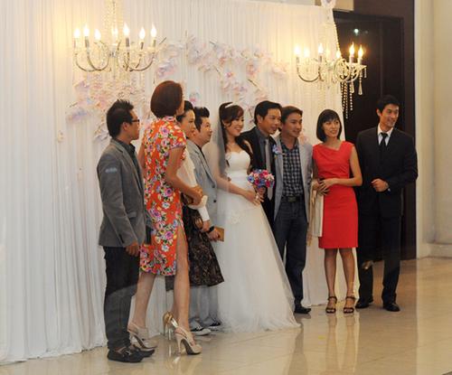 Nghệ sĩ Thái Hòa và cô dâu Hồng Thu tạo dáng cùng khách mời bên chiếc backdrop lụa trắng kết hợp cùng hoa làn và đèn chùm.