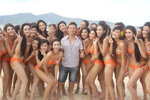 Sau vài giờ làm việc liên tục dưới ánh nắng, 40 thí sinh vui vẻ tạo dáng xì tin cùng người đàn ông may mắn nhất Việt Nam.