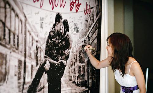 Backdrop in ảnh thể hiện cá tính và dấu ấn của cô dâu chú rể bởi trên đó nó in hình cưới lãng mạn của hai người.