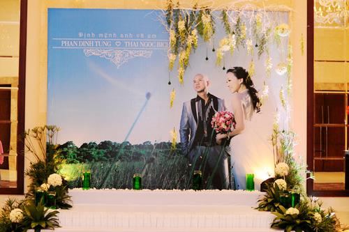 Tấm backdrop in hình cưới phóng lớn trong tiệc của ca sĩ Phan Đinh Tùng.