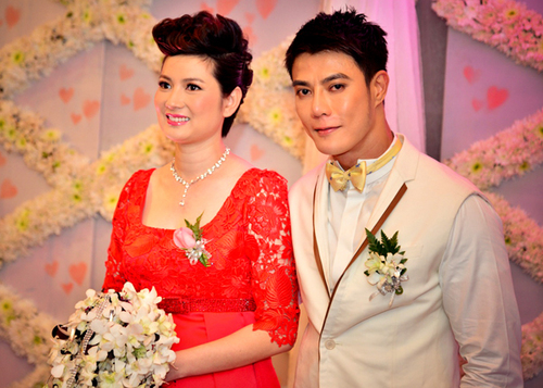 Trong đám cưới Thúy Vinh, Thảm đỏ dẫn vào một tấm backdrop kết bằng những đóa cúc trắng, trang trí thêm tấm voan phủ hoa lan để làm nơi chụp ảnh của cô dâu, chú rể và khách mời.