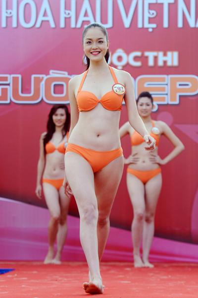 Đỗ Hoàng Anh (SBD 792) vừa tròn 18 tuổi. Với chiều cao 1m76 cùng cân nặng 56kg và số đo ba vòng 90-64-95, cô có phần nổi trội hơn các thí sinh khác. Hoàng Anh là sinh viên Đại học Văn hóa Hà Nội, đồng thời cũng là gương mặt người mẫu quen thuộc trên sàn catwalk thủ đô.