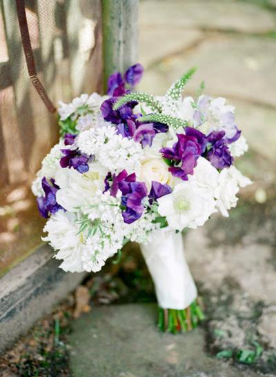Kết hợp màu tím và trắng sẽ tạo nên bó hoa trang nhã.