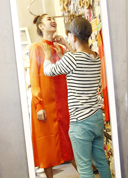 Cô được nhà thiết kế chăm chút và tư vấn rất kỹ lưỡng về cách chọn trang phục đời thường trong quá trình dự thi.
