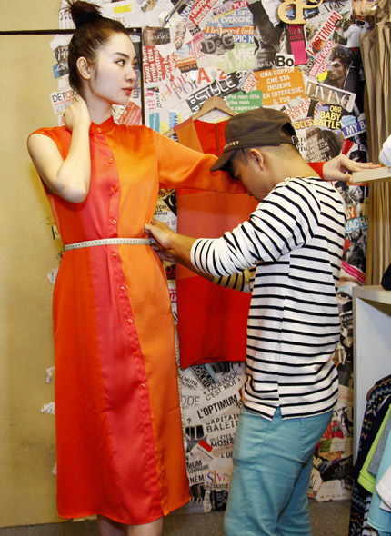 Những bộ váy, áo Ngọc Oanh mặc thử sáng nay chưa hẳn sẽ là những trang phục được cô lựa chọn chính thức để mang theo, mà nhà thiết kế sẽ dựa vào số đo, phom dáng và sở thích của người mẫu để thiết kế thêm cho cô một số trang phục khác.