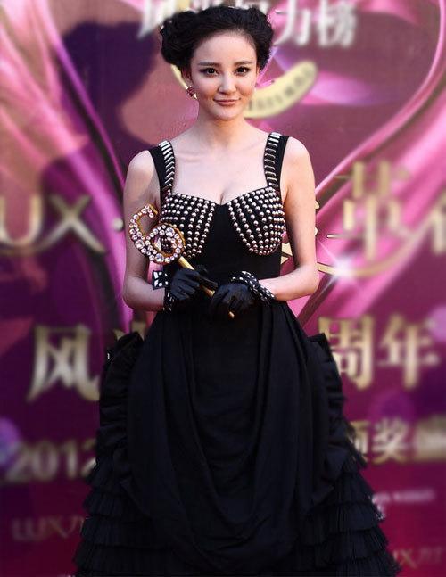 Lưu Vũ Hân khoe bộ ngực đầy gợi cảm với một thiết kế bắt mắt.