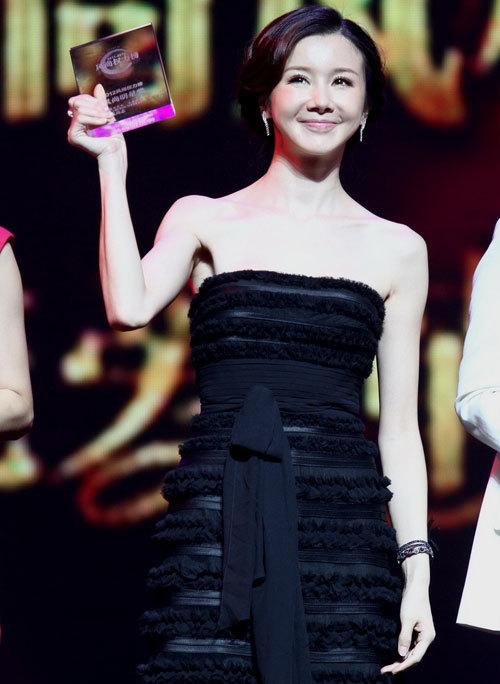 Nữ diễn viên họ Tôn nổi bật với trang phục điệu đà.