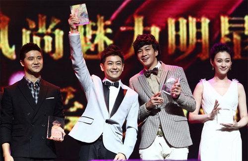 Tài tử Đài Loan cùng nam diễn viên Hà Nhuận Đông (thứ hai từ phải sang) trên sân khấu.