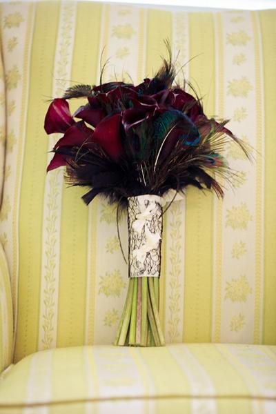Với ý tưởng mỗi sắc màu đều mang một ý nghĩa riêng nên cô dâu muốn kết hợp cả những màu sáng và tối trong tiệc cưới. Chính vì vậy, để làm điểm nhấn trong không gian nổi bật, cô dâu chọn một bó hoa cưới màu đỏ sẫm.