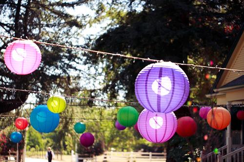 Lụa và đèn lồng là hai vật liệu chính để trang trí cho đám cưới.