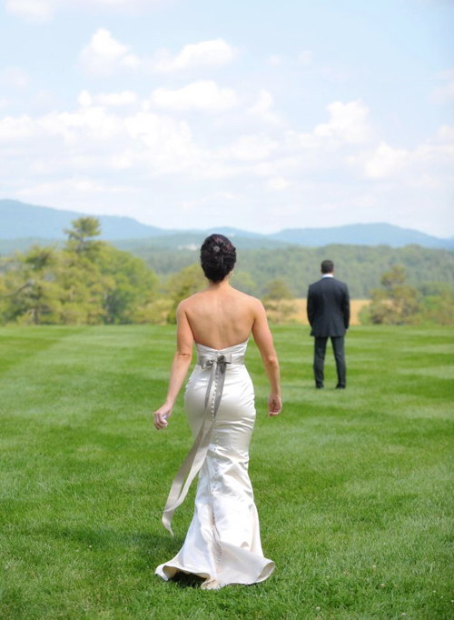 Cô dâu chọn một chiếc váy cưới đuôi cá mang sắc trắng bạc, điểm trên váy là chiếc nơ màu ghi sáng thướt tha.