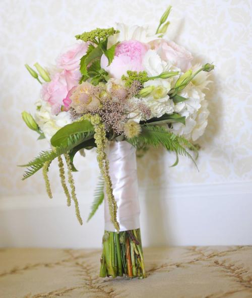 Hoa của cô dâu là sự kết hợp ngẫu hứng, tự nhiên với hai sắc trắng và hồng.
