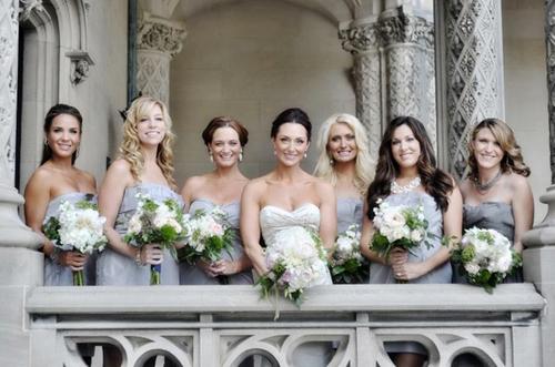 Các cô phù dâu xinh đẹp diện váy ghi xám.