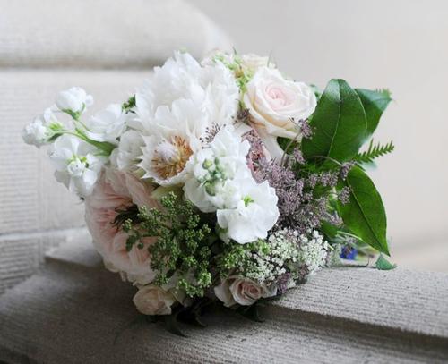 Hoa cầm tay của cô dâu lại giản dị hơn với sắc trắng chủ đạo.