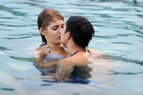 """Nụ hôn bất ngờ của Baggio dành cho bạn gái khiến Andrea """"choáng váng""""."""
