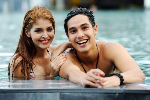 Chiều qua, khi vừa gặp nhau, cặp đôi đã tranh thủ xuống hồ bơi để thư giãn.