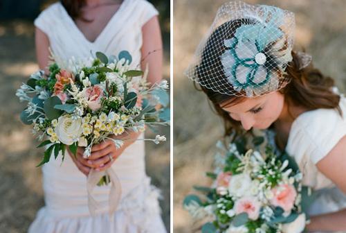 Hoa cưới mang sắc xanh ton sur ton với nơ cài tóc của cô dâu.