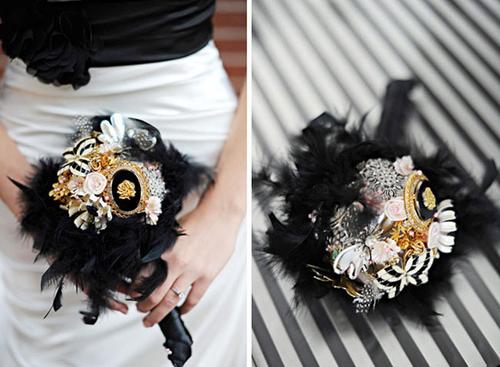 Hoa kết cùng lông vũ độc đáo hợp màu váy cô dâu.