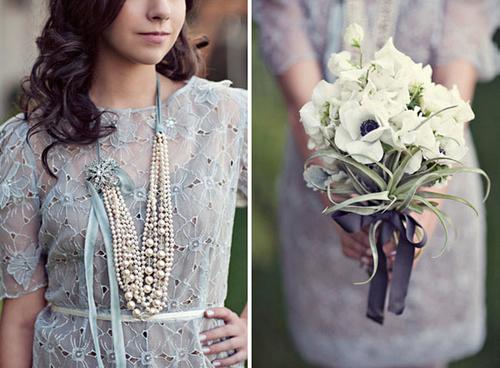 Bó hoa trắng thắt nơ màu ghi ton sur ton với chiếc váy trang nhã của cô dâu.