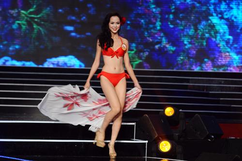 Vũ Ngọc Anh cũng tạm dừng ở vị trí top 5 và giải phụ Người đẹp Áo dài.
