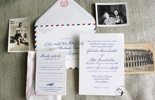 Cô dâu chú rể có thể tìm các mẫu thiệp trên mạng Internet phù hợp với phong cách của mình và đặt thiết kế lại theo ý muốn.