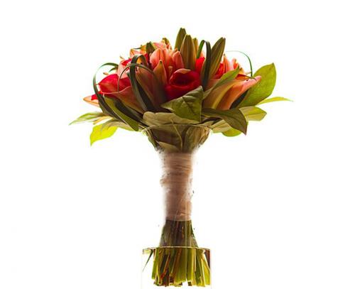 Bó hoa của cô dâu kết từ những bông hoa lys hồng hài hòa với lá xanh.