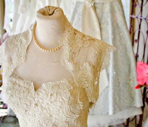 Cùng với không gian tiệc, váy cưới chính là một trong hai chi tiết thể hiện rõ nhất phong cách vintage.