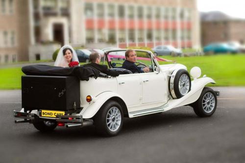 Chiếc xe hoa kiểu cũ sẽ là chi tiết thú vị, đưa bước cô dâu chú rể tiến tới con đường hạnh phúc.