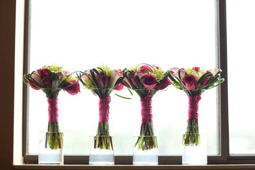 Hoa của các phù dâu nổi bật hơn với gam màu hồng chủ đạo.