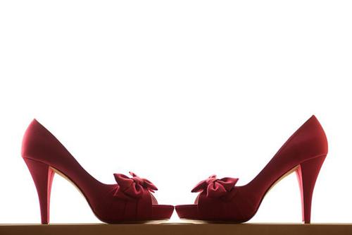 Giày của cô dâu mang sắc màu hồng đậm.