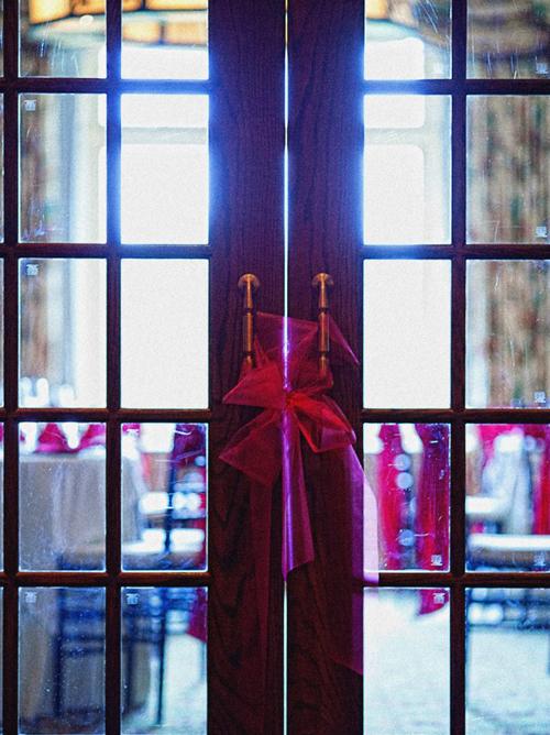 Ngay từ cửa vào, sắc hồng đã được điểm xuyết duyên dáng.