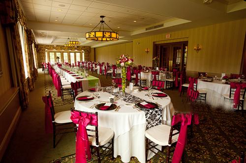 Trong sảnh tiệc cưới, màu tối được sử dụng trong chiếc khăn trải bàn, rèm cửa và cả những chiếc đèn trên trần nhà. Màu tối được trang trí, kết hợp vừa phải khiến bữa tiệc không quá u ám mà vẫn sinh động.