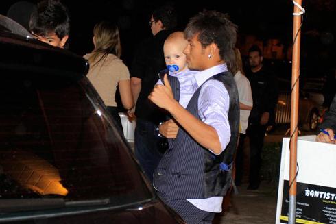 Bố con Neymar mặc đồng phục trong ngày sinh nhật bé