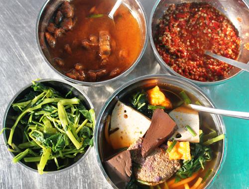 Ăn canh bún không thể thiếu nước me và mắm tôm. Chính hai gia vị đó làm cho món ăn thêm đậm đà và dậy mùi thơm phức.