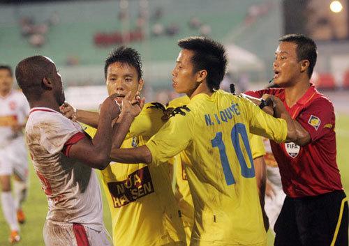 Rogerio Nguyễn là cầu thủ chơi tốt nhất của đội bóng TP HCM, khiến lối chơi phối hợp ở trung lộ của Hà Nội T&T phá sản.