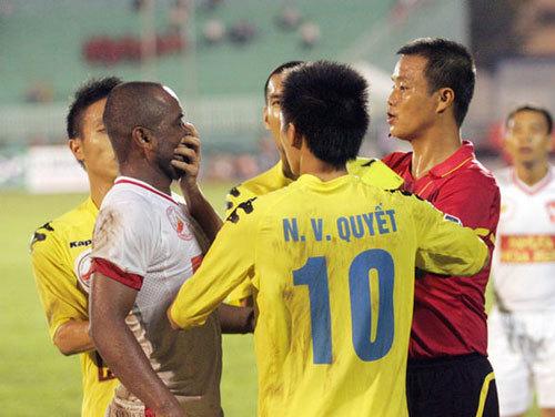 Ngọc Duy phạm lỗi thô thiển với Rogerio Nguyễn. Trong khi đang nằm sân, Văn Quyết lao vào dùng gầm giầy đạp vào đầu của tiền vệ Sài Gòn Xuân Thành.