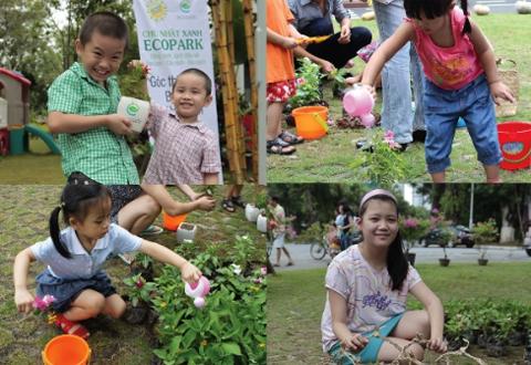 Các bé rất hào hứng với việc trồng cây.