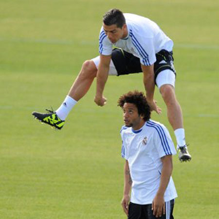 Marcelo bị C. Ronaldo nhảy qua đầu. Ảnh: PA.