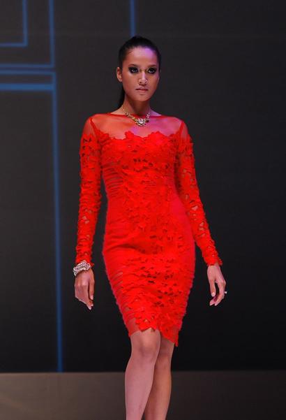 Nhà thiết kế Lê Thanh Hòa lấy sắc đỏ làm chủ đạo trong bộ sưu tập Thu - Đông của mình.