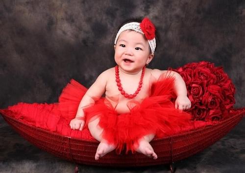 Bé Lê Khánh Linh sinh ngày 16/12/2011. Ở nhà bé được mọi người gọi là Yêu Tinh, ai nghe cái tên này cũng bảo lạ nhưng cả nhà thử nhìn xem Yêu Tinh nhà mình có đáng yêu hay không nhé!
