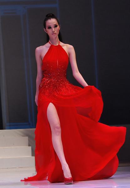 Bộ đầm đỏ giúp người mẫu Khánh My khoe được làn da trắng ngần.