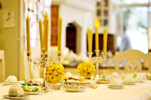 Cô dâu chú rể rạng ngời trong tiệc đính hôn kết hợp với lễ ăn hỏi truyền thống. Ảnh: WedinStyle Vietnam EventPlanner