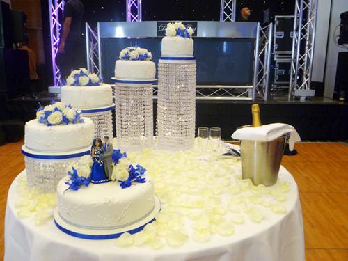 Vì muốn giữ sắc trắng truyền thống của bánh cưới, cô dâu chú rể chọn đế bánh làm từ pha lê.