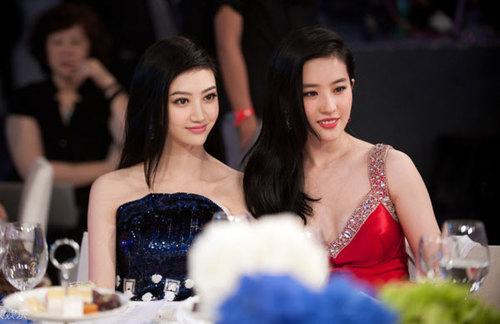 Hai gương mặt trẻ được yêu quý của màn ảnh Hoa ngữ khoe sắc bên nhau.