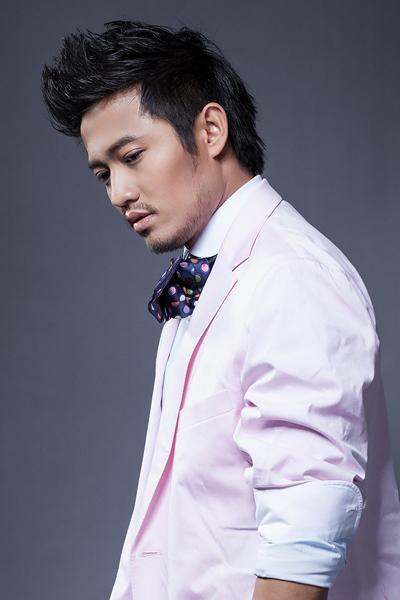 Thỉnh thoảng, anh cũng đi hát. Anh từng phát hành album ca nhạc đầu năm 2012. Quý Bình có giọng hát ấm áp, truyền cảm.