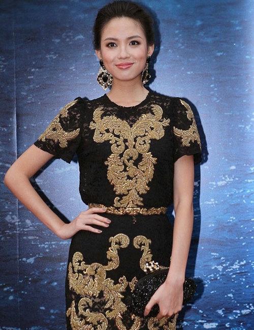 Trương Tử Lâm quý phái với bộ trang phục mang sắc màu truyền thống.