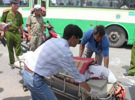 Những người nhặt xác đưa nạn nhân ra khỏi hiện trường một vụ tai nạn.