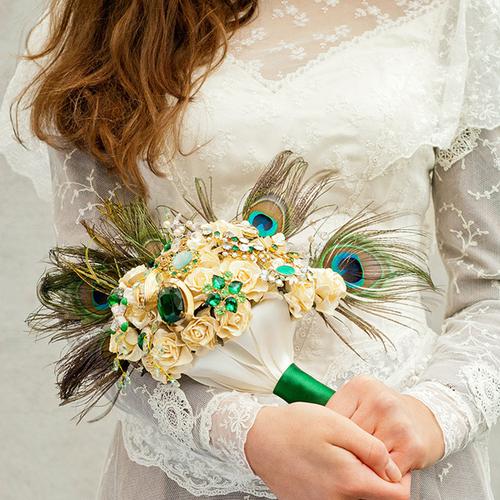Khi chọn bông hoa tông xanh, cô dâu sẽ trở nên duyên dáng như một công nương.